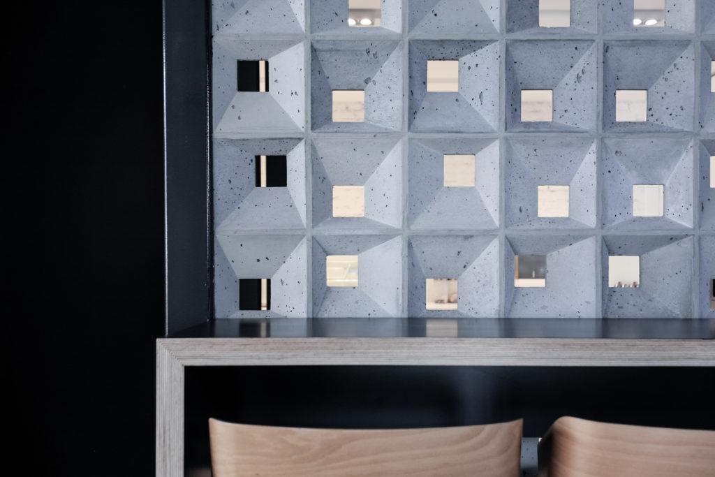 Bloczki 3D Block 1 z betonu architektonicznego - MILKE - TEKT Concrete - kantyna Centrum Innowacji Fabryki Maszyn
