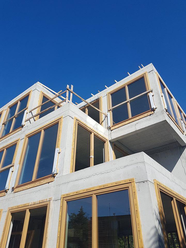 Płyty betonowe GRC MILKE na elewacji budynku - budowa
