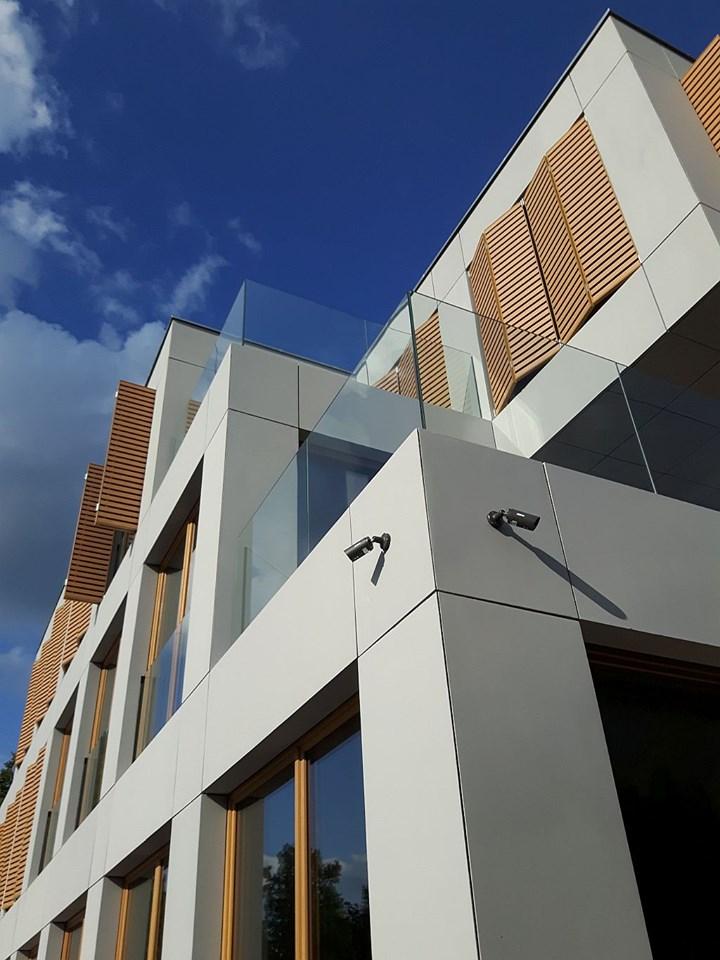 Płyty betonowe GRC MILKE na elewacji budynku