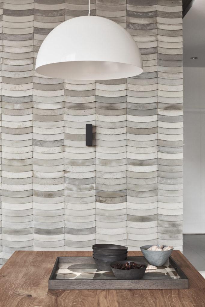 Kafle 3D WAVE z betonu architektonicznego na ścianie - MILKE - TEKT Concrete - Gabinet Wnętrz